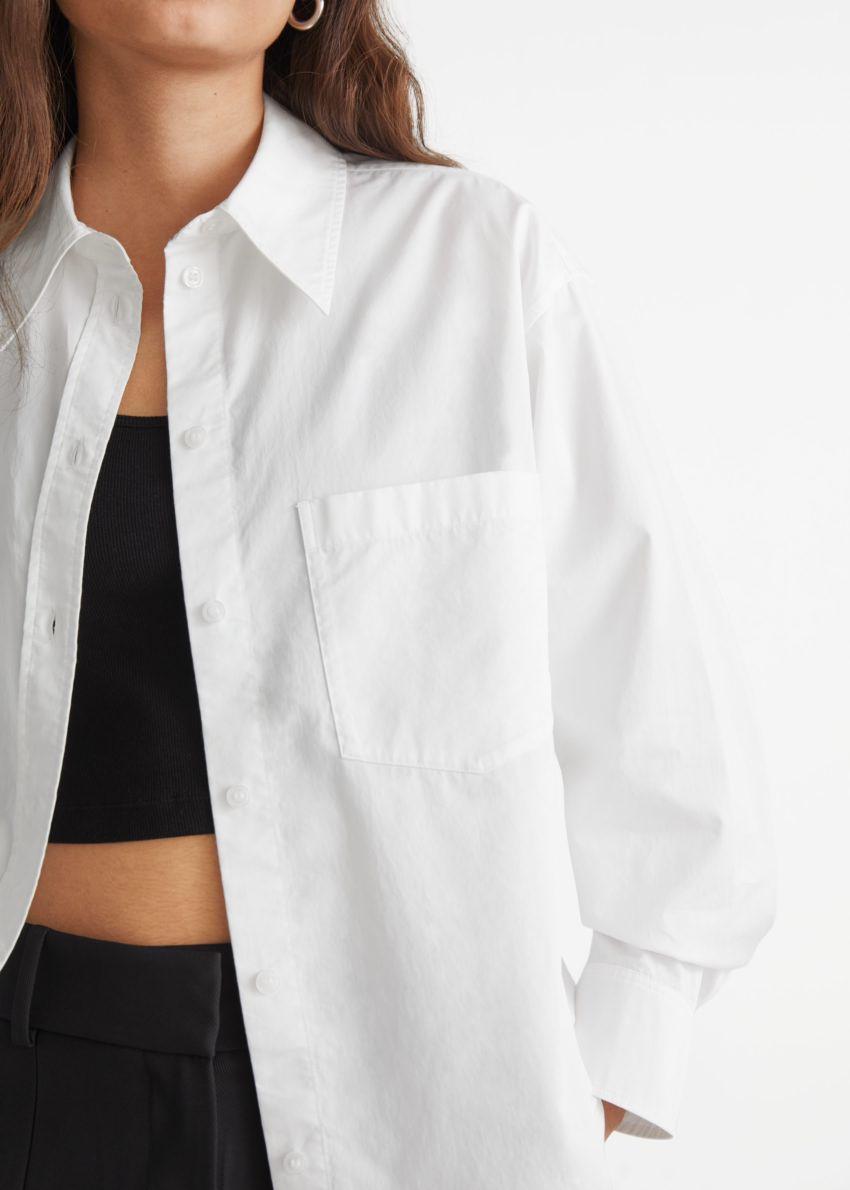 앤아더스토리즈 볼류미너스 코튼 셔츠의 화이트컬러 ECOMLook입니다.