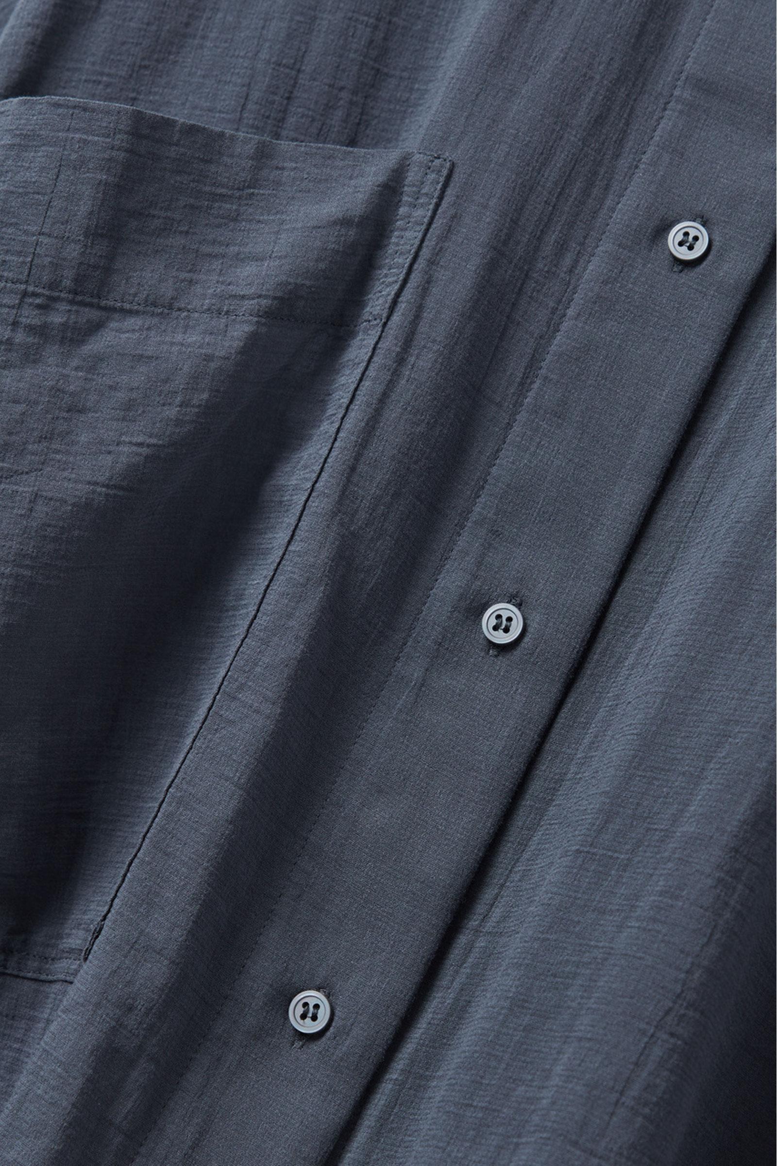 COS 오버사이즈 튜닉 셔츠의 네이비컬러 Detail입니다.