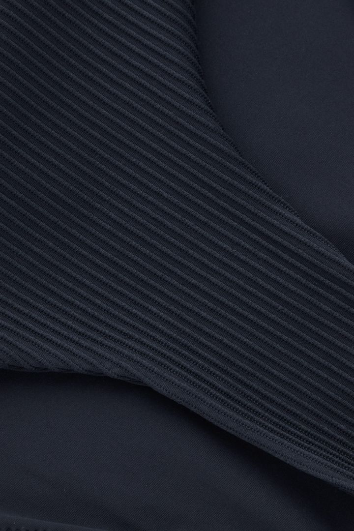 COS 리브 비키니 바텀의 블루컬러 Detail입니다.