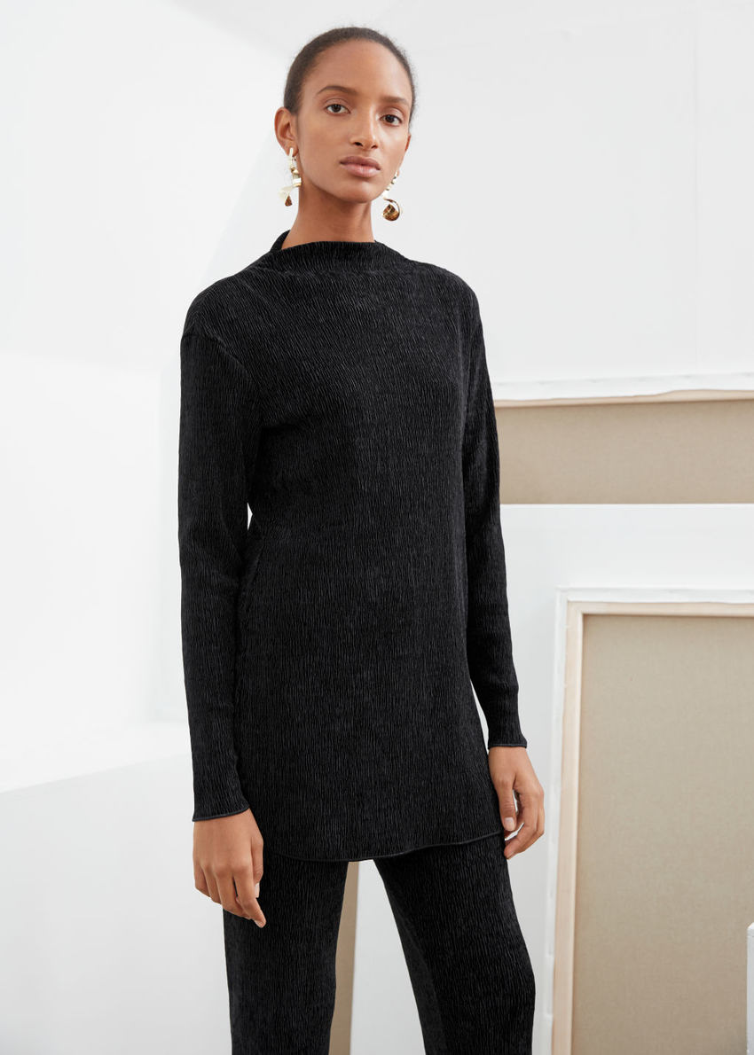 앤아더스토리즈 플리세 텍스처 미니 드레스의 블랙컬러 ECOMLook입니다.
