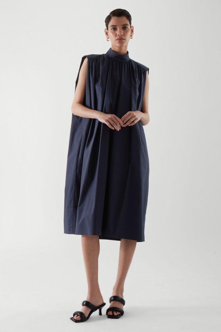 COS default image 2 of 블루 in 슬리브리스 스모킹 드레스