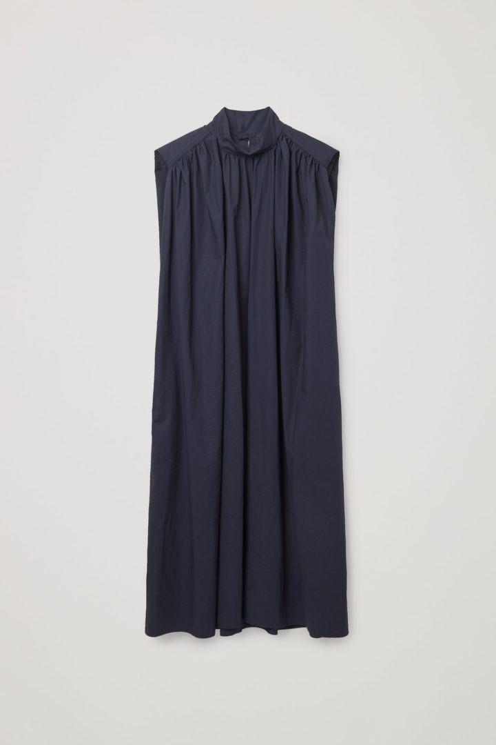 COS hover image 2 of 블루 in 슬리브리스 스모킹 드레스