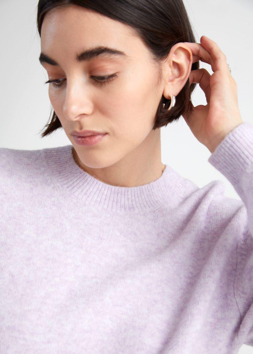 앤아더스토리즈 릴렉스드 스웨터의 라일락컬러 ECOMLook입니다.
