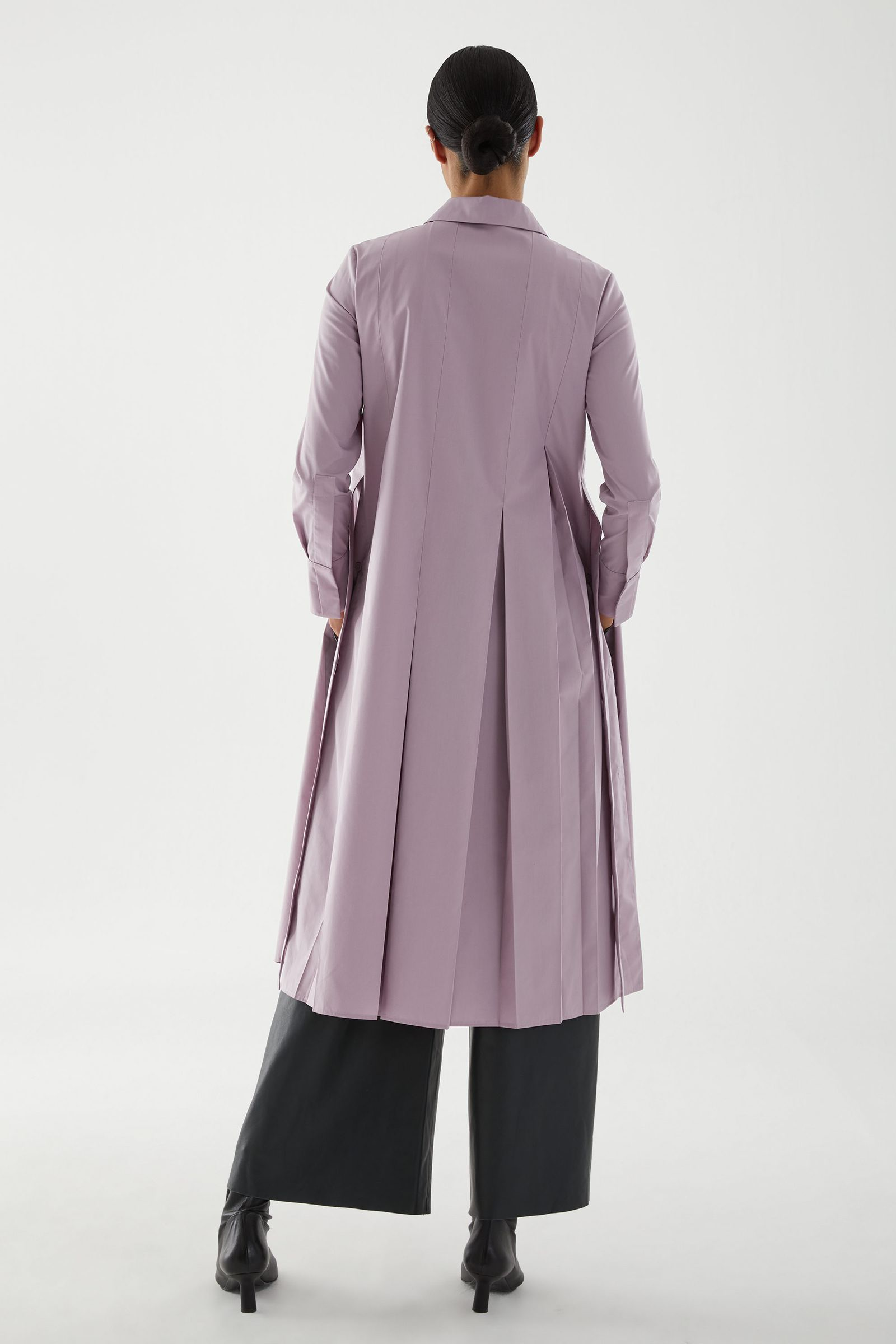 COS 플리츠 코튼 셔츠 드레스의 퍼플컬러 ECOMLook입니다.