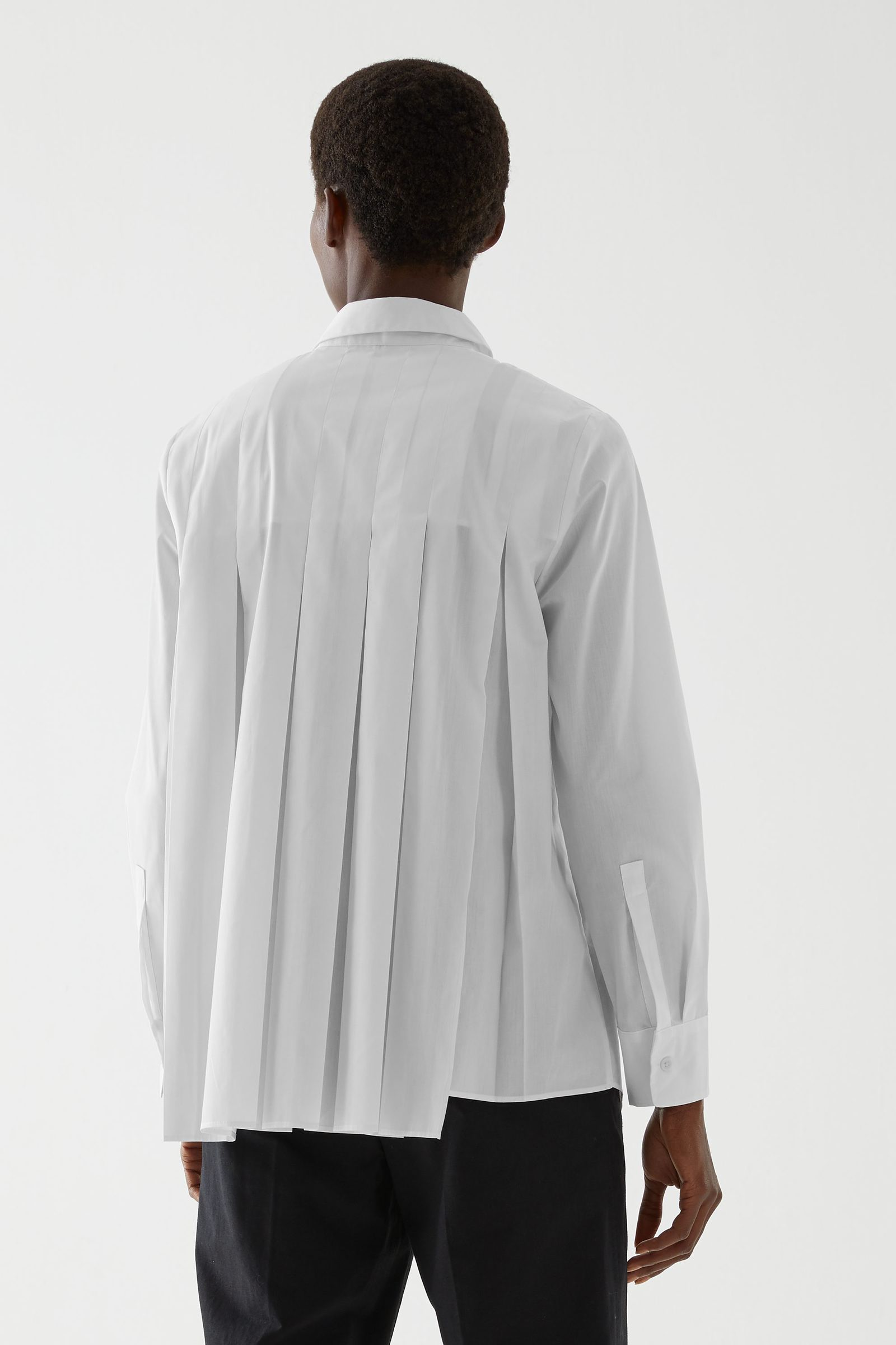 COS 오가닉 코튼 플리티드 튜닉 셔츠의 화이트컬러 ECOMLook입니다.