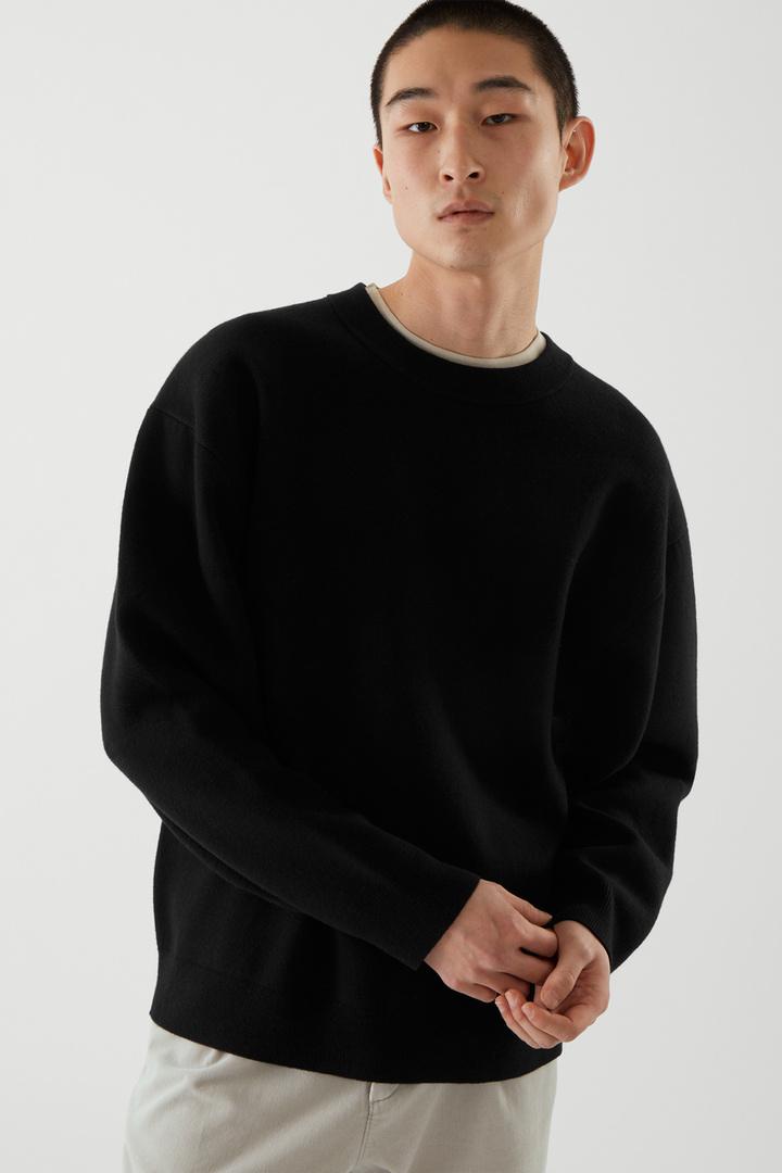 COS default image 1 of 블랙 in 오버사이즈 스웨터