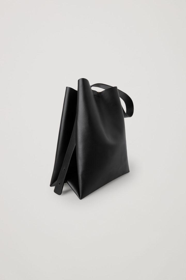COS 레더 미니백의 블랙컬러 Product입니다.