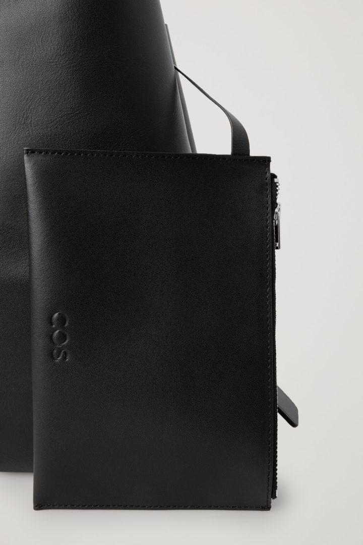 COS 레더 미니백의 블랙컬러 Detail입니다.