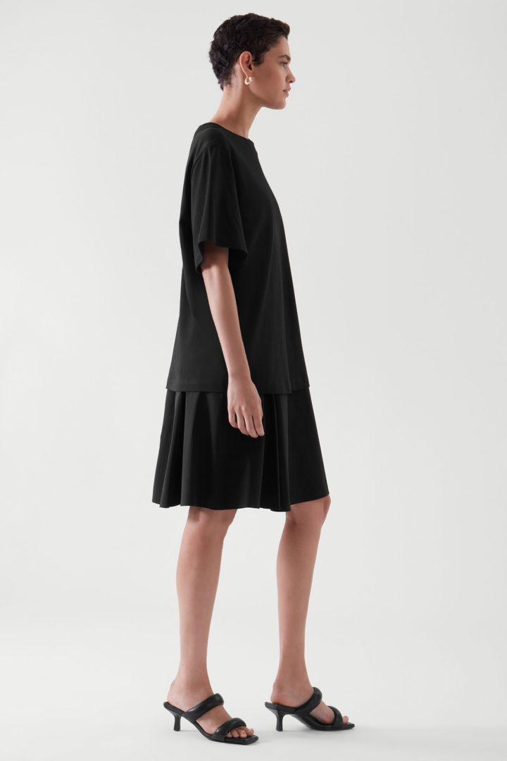 COS 티어드 티셔츠 드레스의 다크 네이비컬러 ECOMLook입니다.