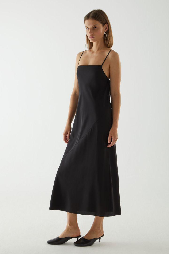 COS 오픈 백 실크 슬립 드레스의 블랙컬러 ECOMLook입니다.