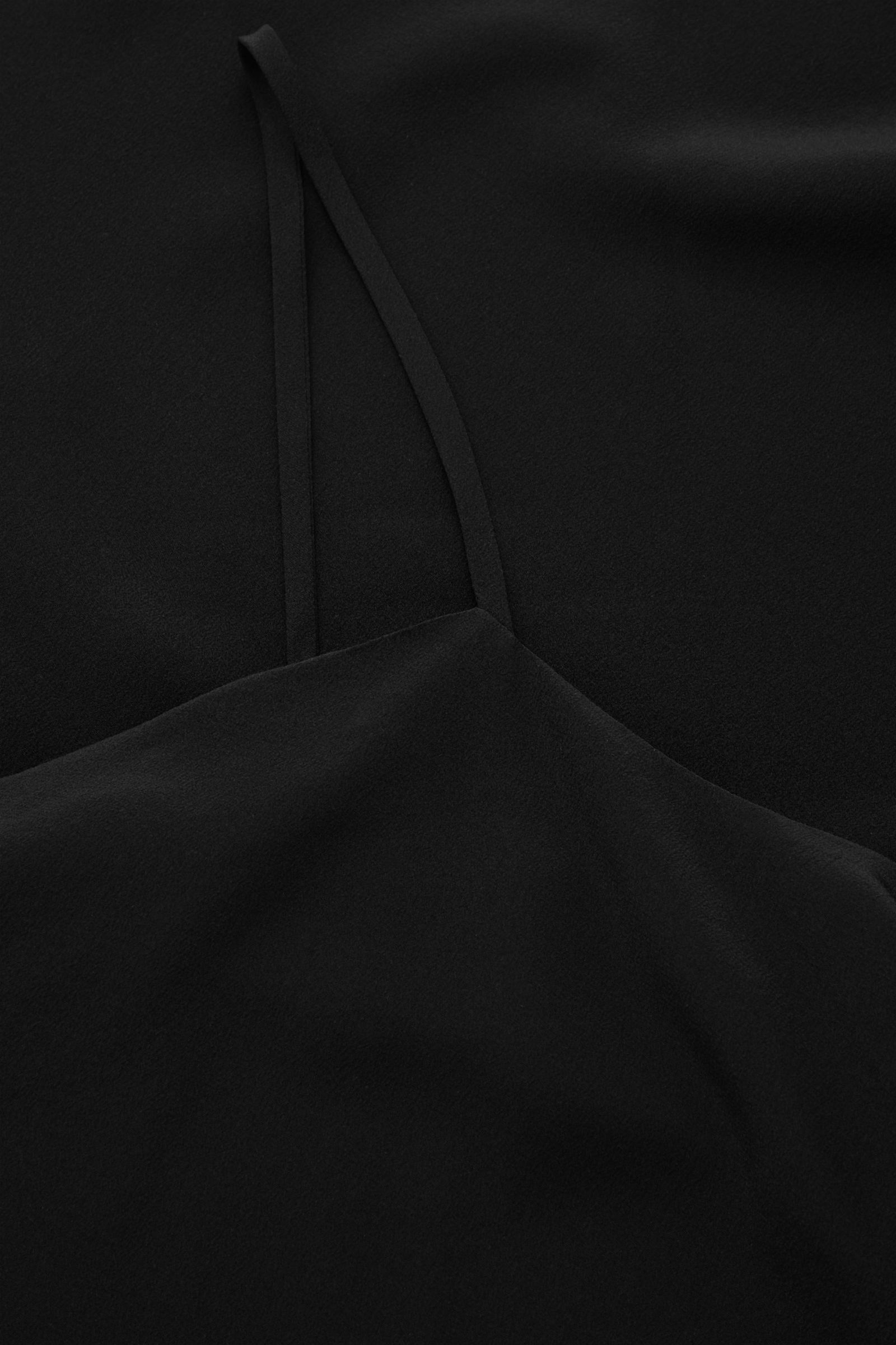 COS 오픈 백 실크 슬립 드레스의 블랙컬러 Detail입니다.