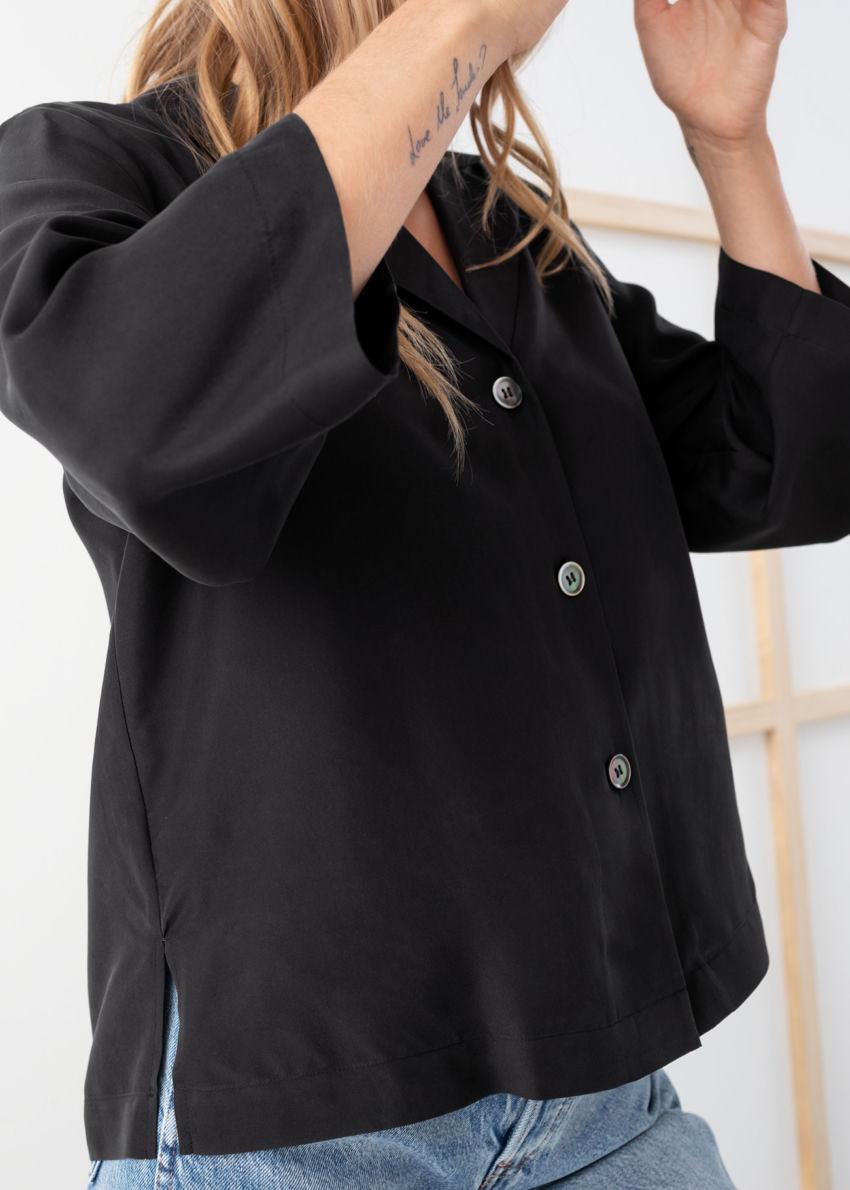 앤아더스토리즈 실크 오픈 칼라 박시 셔츠의 블랙컬러 ECOMLook입니다.