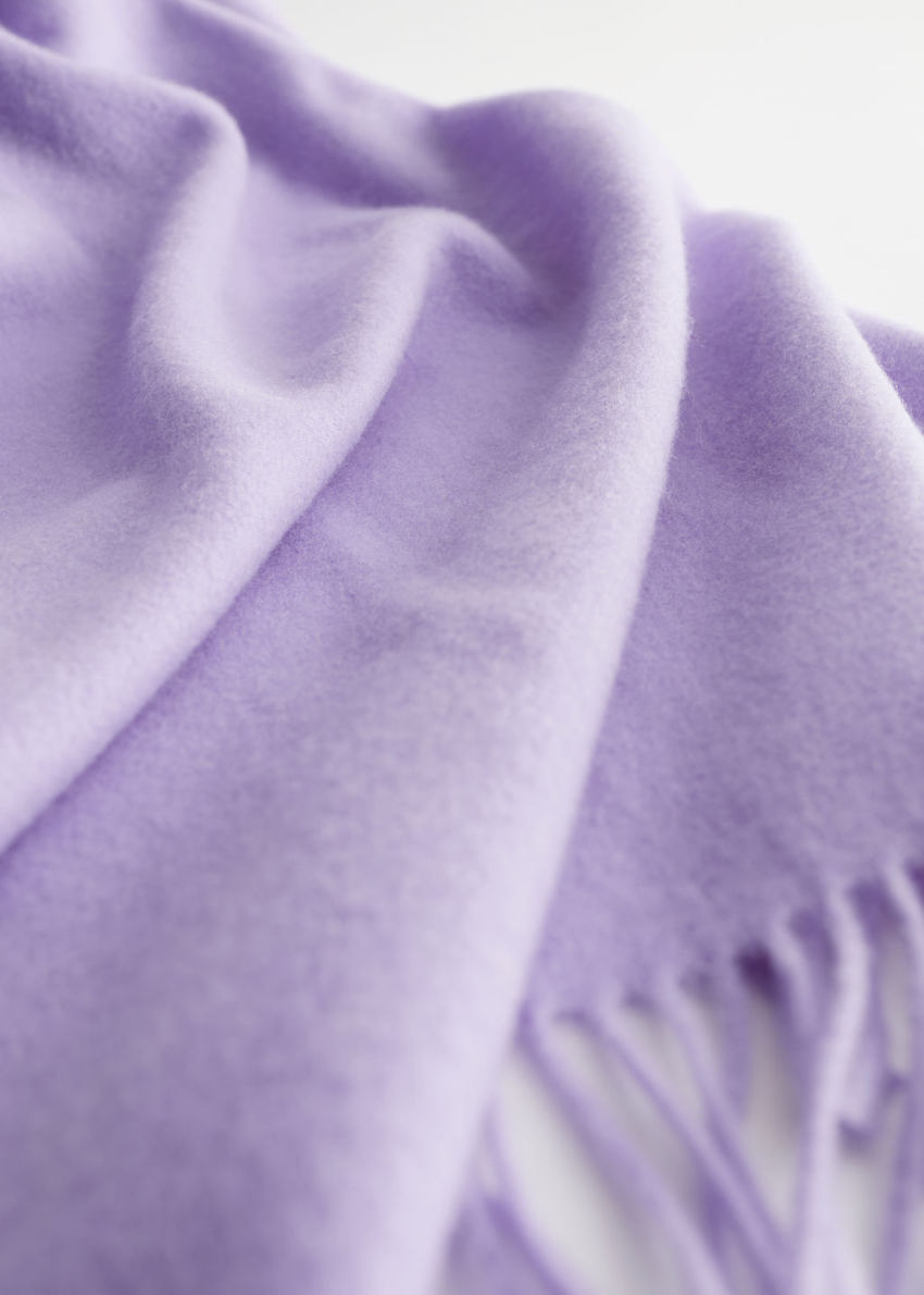 앤아더스토리즈 울 프린지 블랭킷 스카프의 라일락컬러 Detail입니다.
