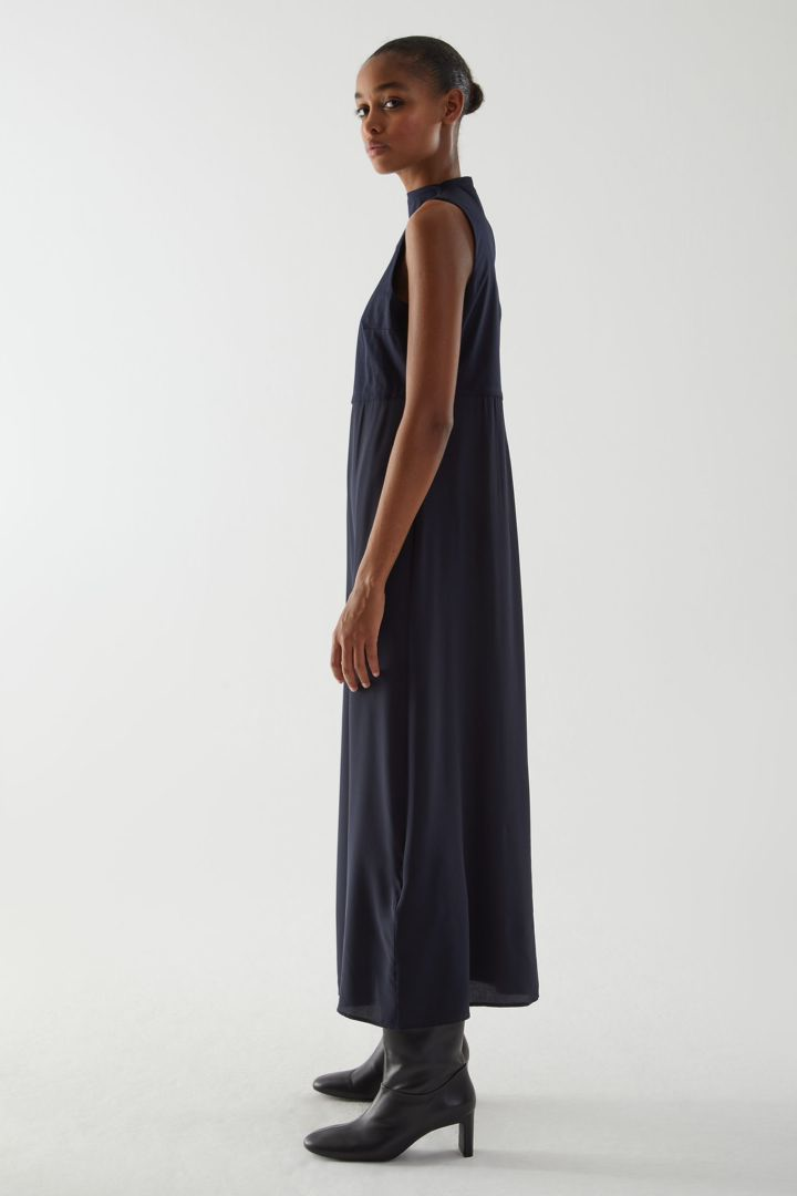COS 코튼 멀버리 실크 믹스 롱 슬리브리스 드레스의 네이비컬러 ECOMLook입니다.