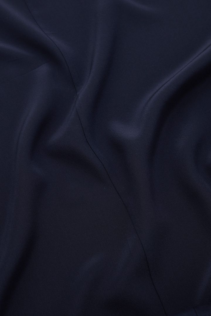 COS 코튼 멀버리 실크 믹스 롱 슬리브리스 드레스의 네이비컬러 Detail입니다.