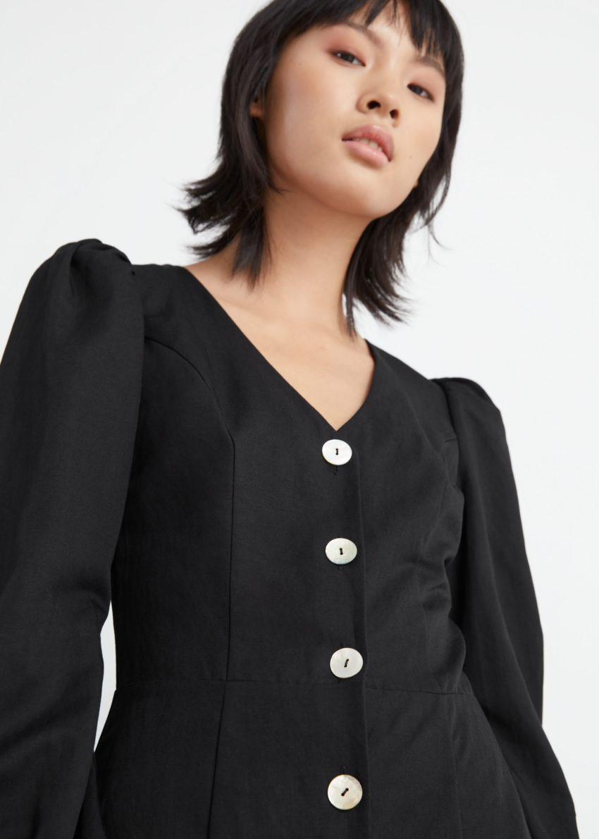 앤아더스토리즈 버튼 퍼프 슬리브 미디 드레스의 블랙컬러 ECOMLook입니다.