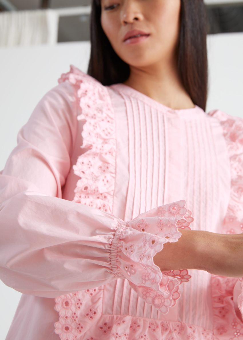 앤아더스토리즈 엠브로이더리 러플 비브 미니 드레스의 핑크컬러 ECOMLook입니다.