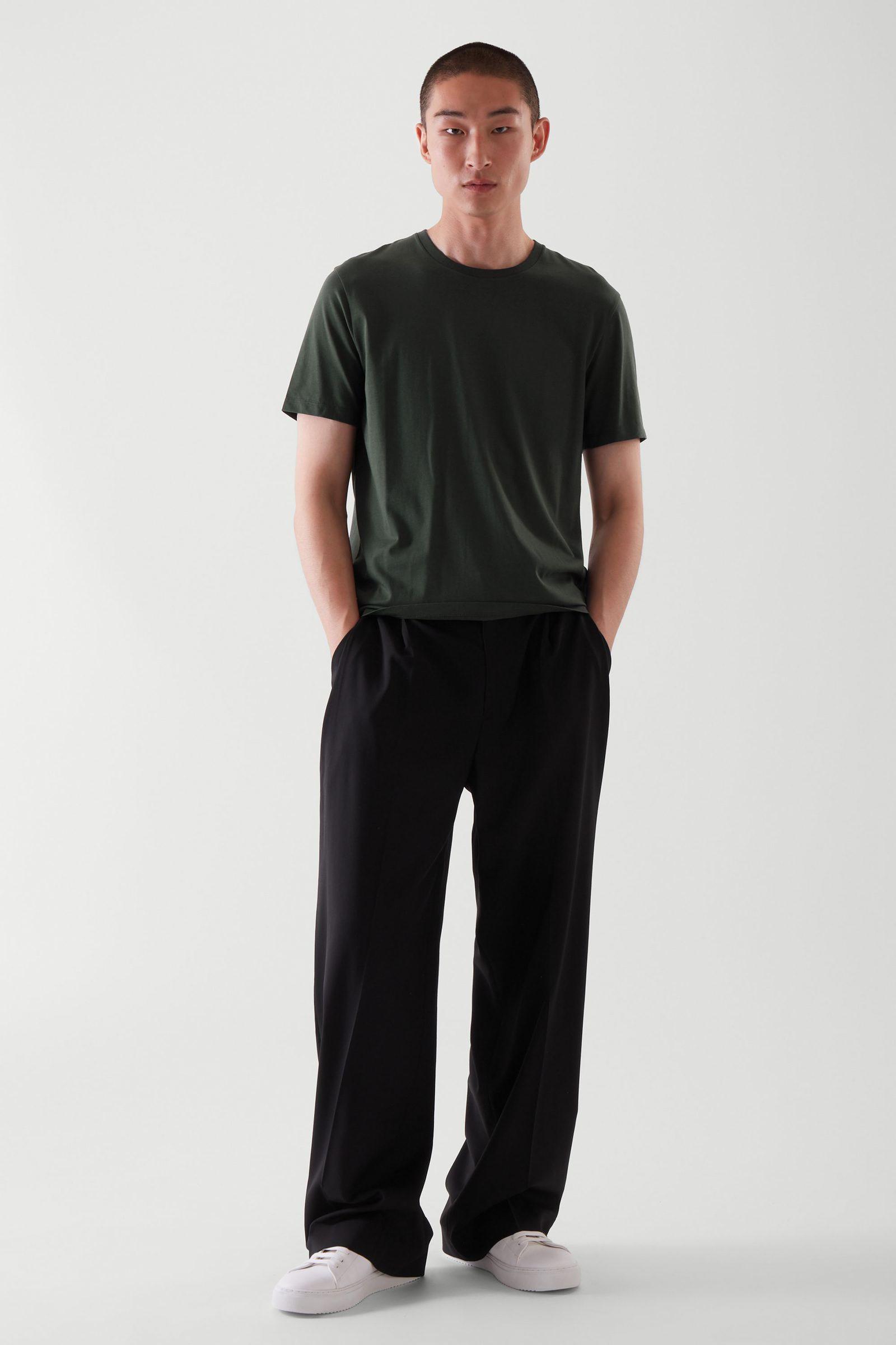 COS 레귤러 핏 티셔츠의 그린컬러 ECOMLook입니다.