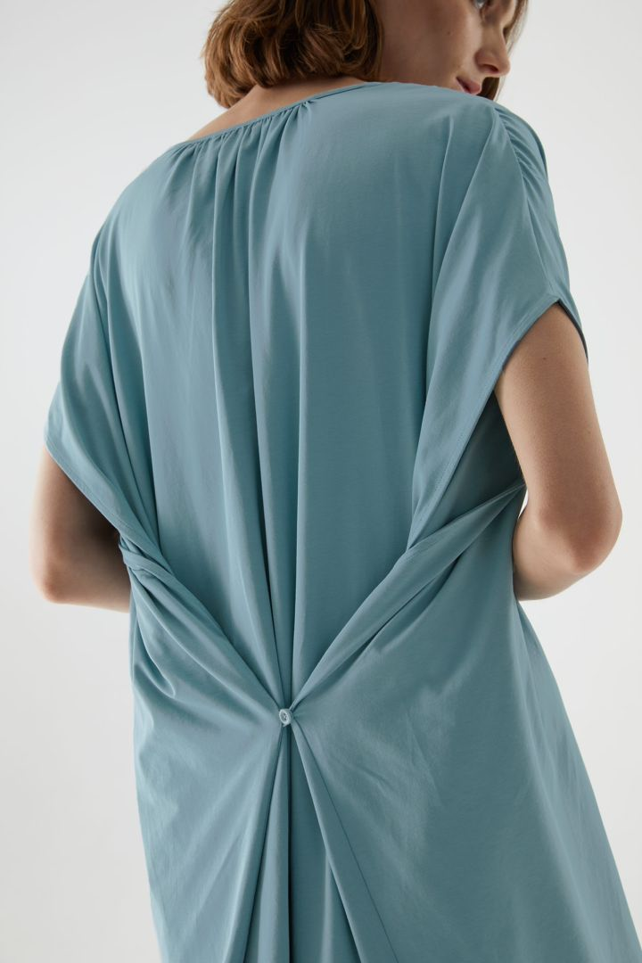 COS 개더드 V넥 코튼 드레스의 라이트 터쿼이즈컬러 ECOMLook입니다.