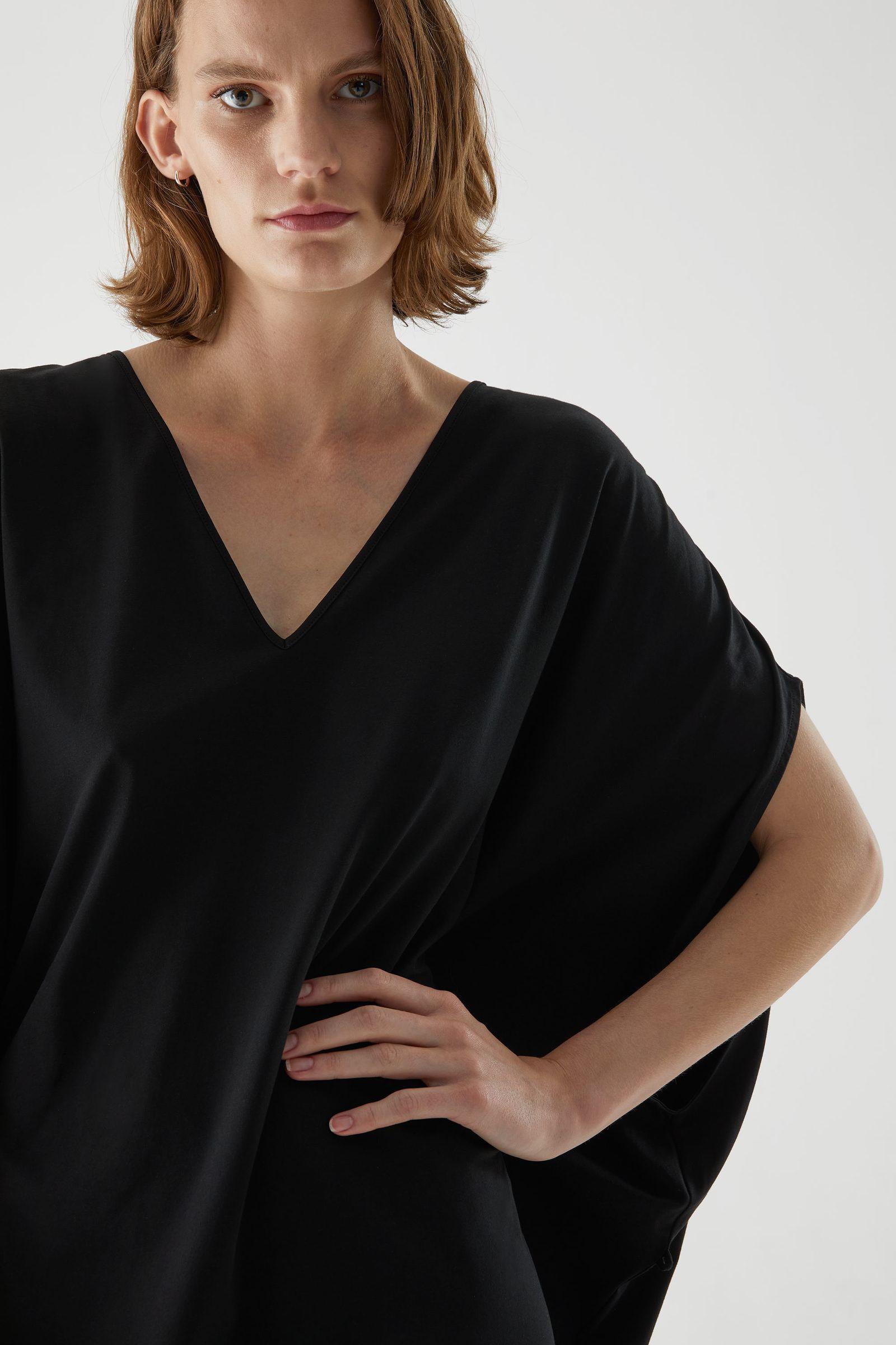 COS 개더드 브이넥 코튼 드레스의 블랙컬러 ECOMLook입니다.