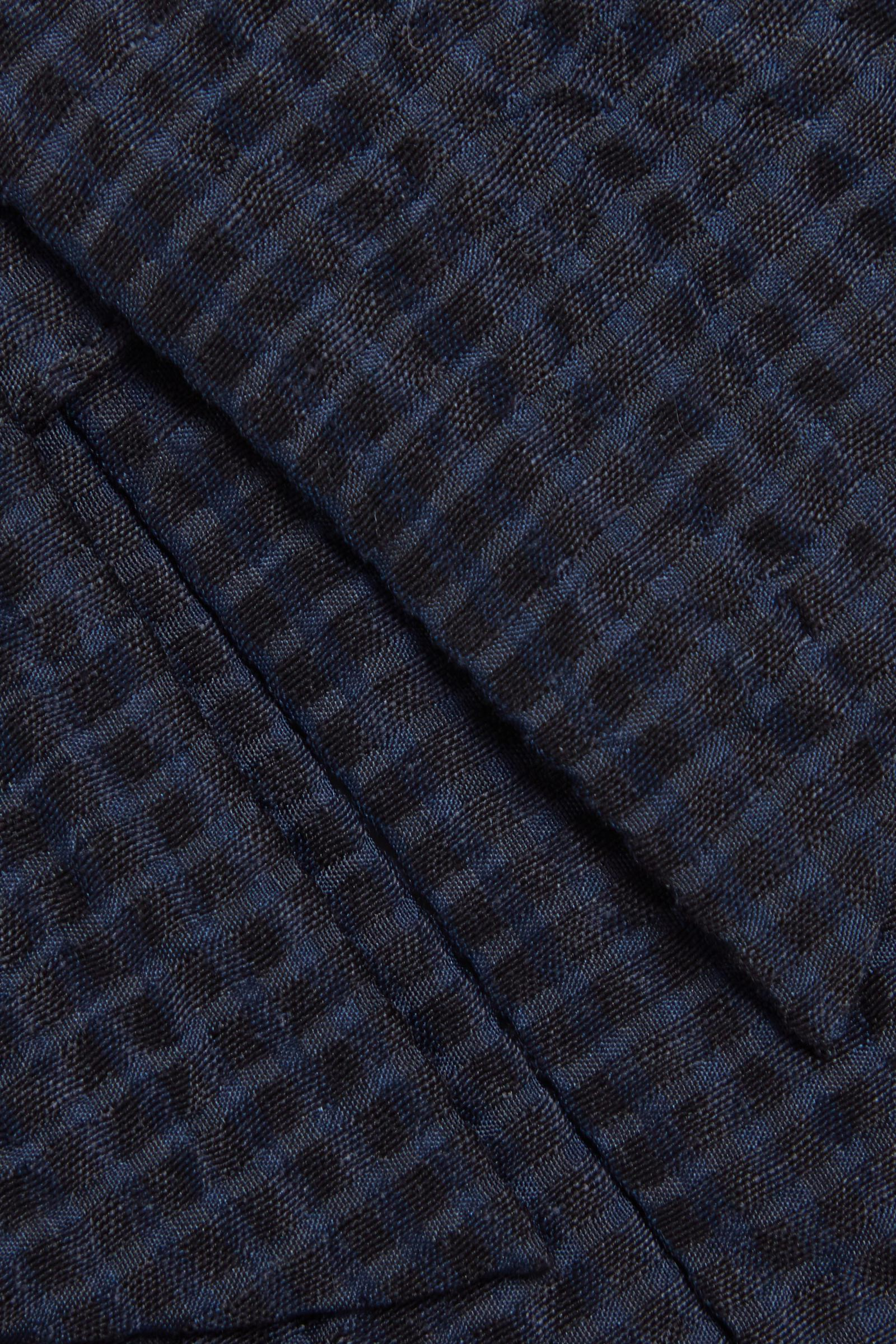 COS 멀버리 실크 칼라의 블루컬러 Detail입니다.