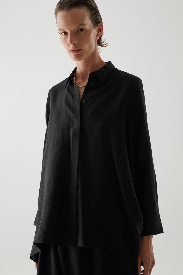 COS 크링클드 드레이프드 셔츠의 블랙컬러 ECOMLook입니다.