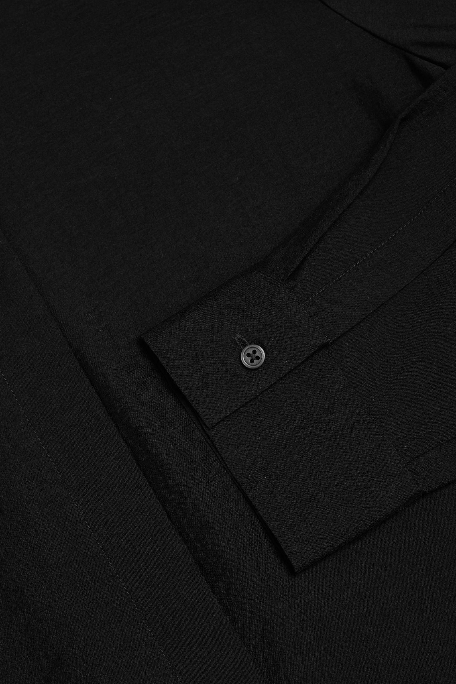 COS 크링클드 드레이프드 셔츠의 블랙컬러 Detail입니다.