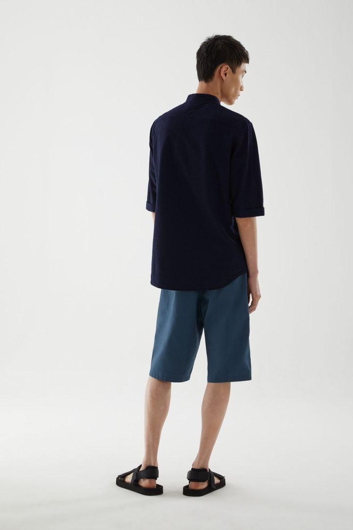 COS 코튼 시어서커 셔츠의 네이비컬러 ECOMLook입니다.