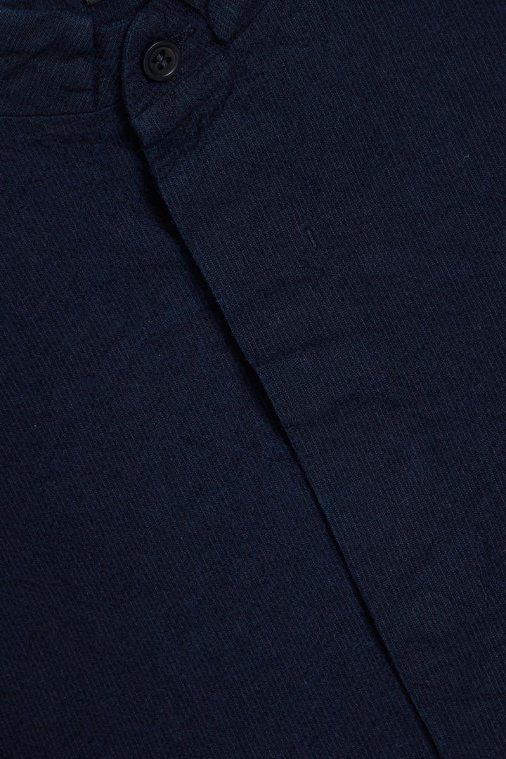 COS 코튼 시어서커 셔츠의 네이비컬러 Detail입니다.