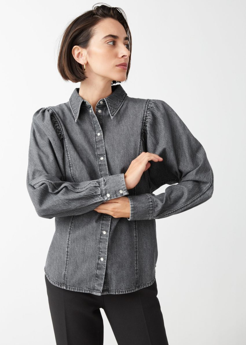 앤아더스토리즈 퍼프 숄더 데님 셔츠의 다크 그레이컬러 ECOMLook입니다.