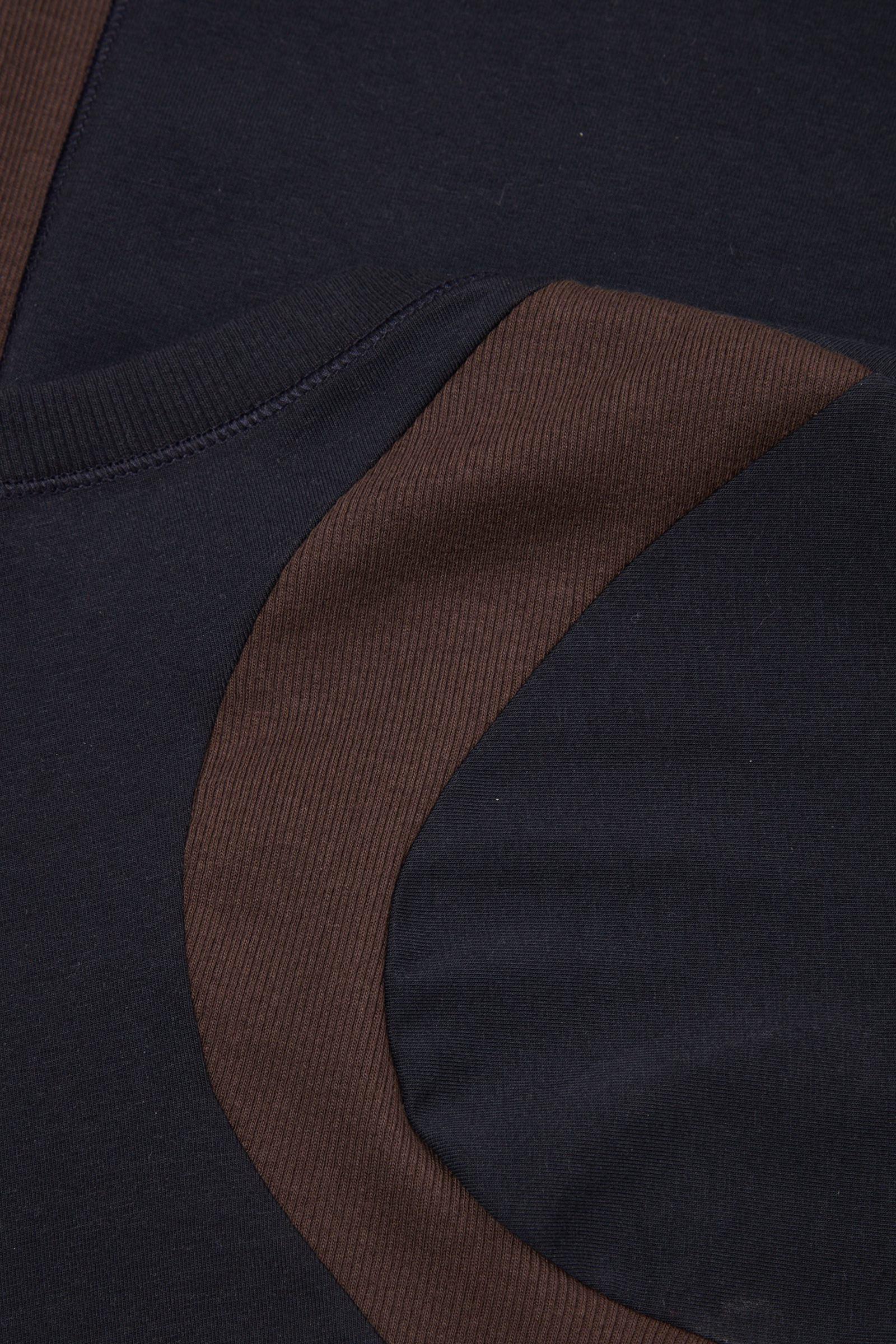 COS 슬림핏 오가닉 코튼 컨투어드 탑의 네이비 / 브라운컬러 Detail입니다.