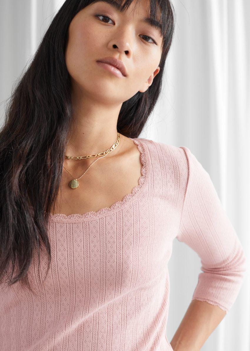 앤아더스토리즈 립 스쿠프 넥 탑의 핑크컬러 ECOMLook입니다.