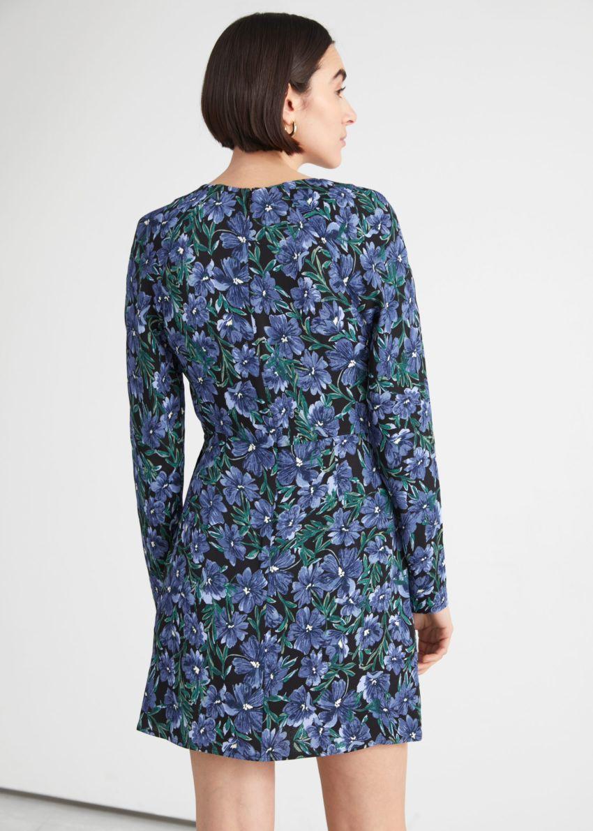 앤아더스토리즈 플로럴 프린트 미니 드레스의 블루 플로럴컬러 ECOMLook입니다.