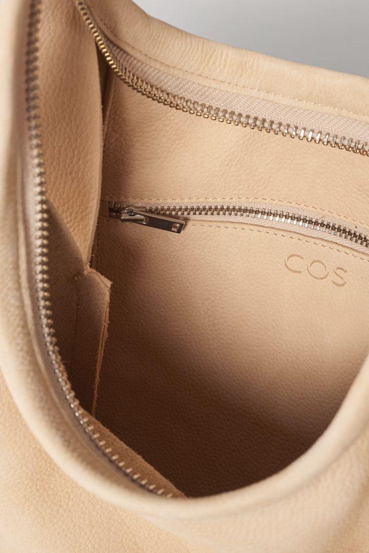 COS 레더 쇼퍼백의 베이지컬러 Detail입니다.