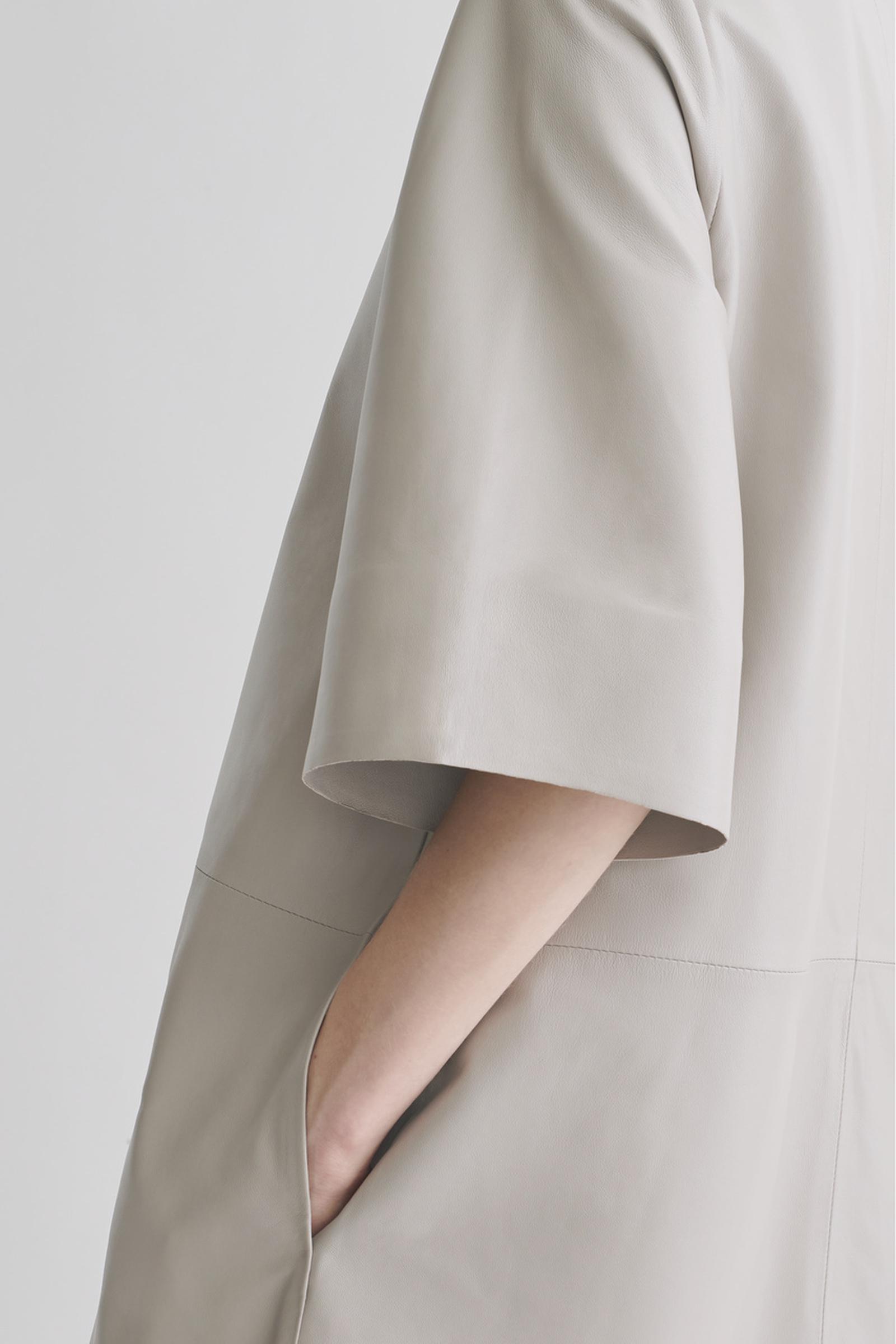 COS A라인 레더 드레스의 그레이컬러 ECOMLook입니다.