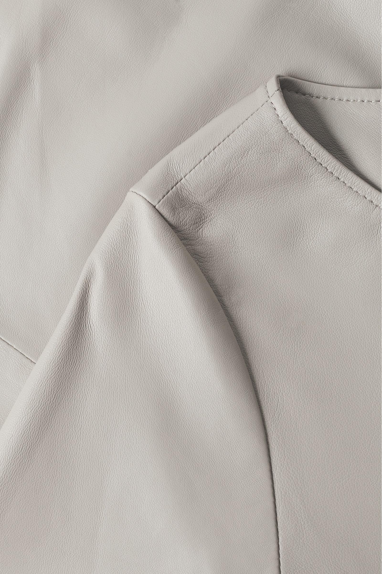 COS A라인 레더 드레스의 그레이컬러 Detail입니다.