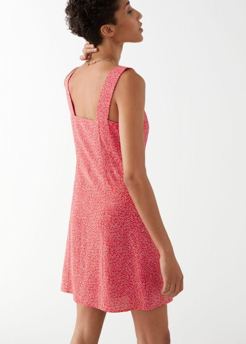 앤아더스토리즈 슬리브리스 버튼 업 미니 드레스의 레드 프린트컬러 ECOMLook입니다.