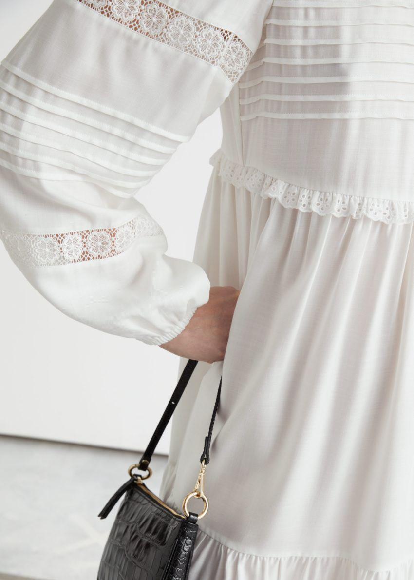 앤아더스토리즈 티어드 미니 레이스 드레스의 화이트컬러 ECOMLook입니다.