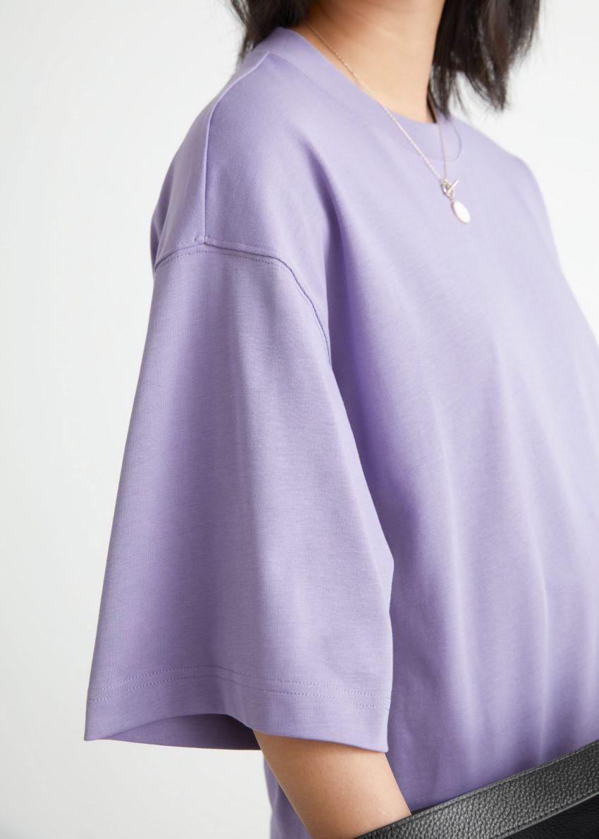 앤아더스토리즈 박시 크루넥 티셔츠의 퍼플컬러 ECOMLook입니다.