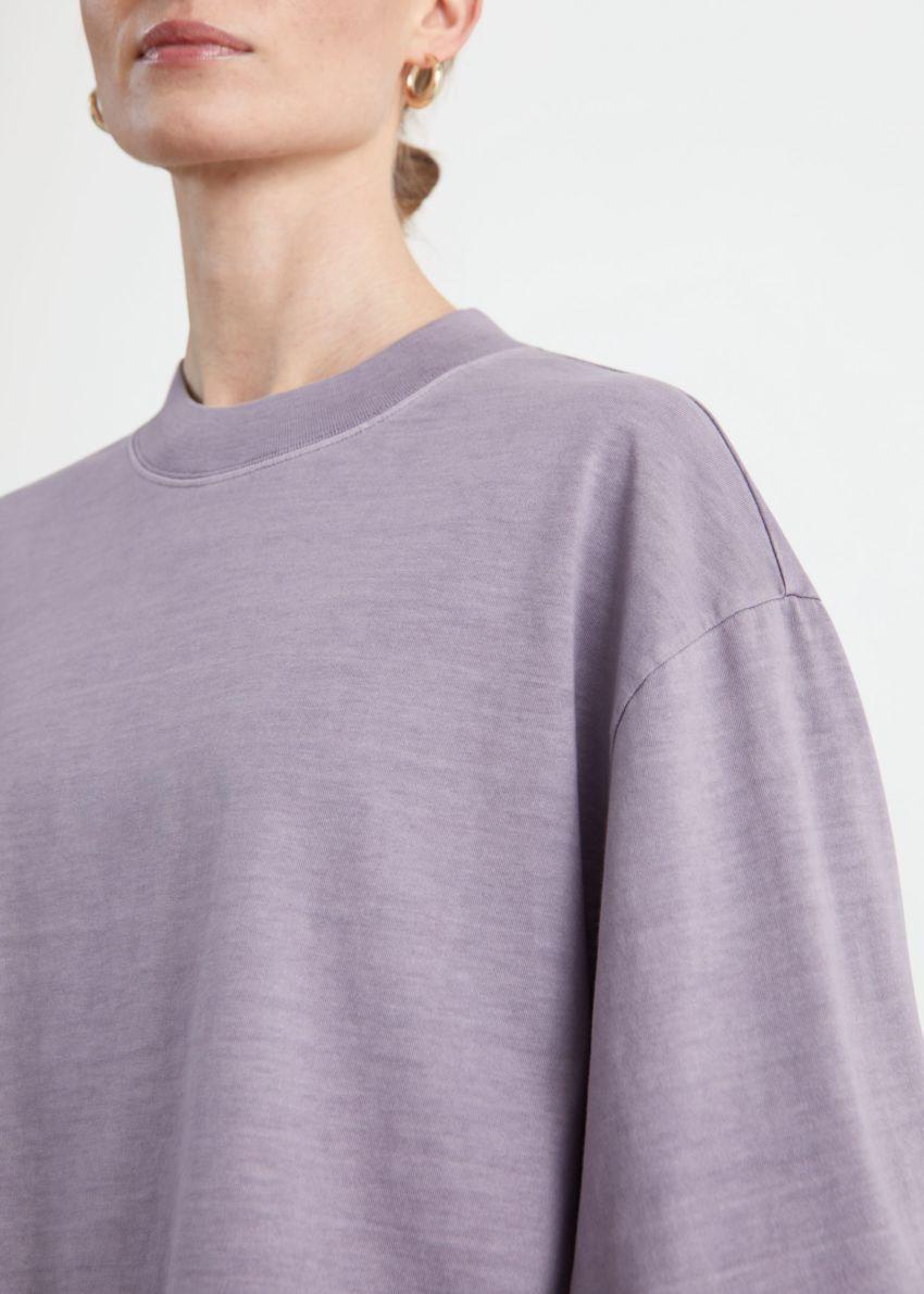 앤아더스토리즈 크롭 박시 코튼 스웨터의 라일락컬러 ECOMLook입니다.