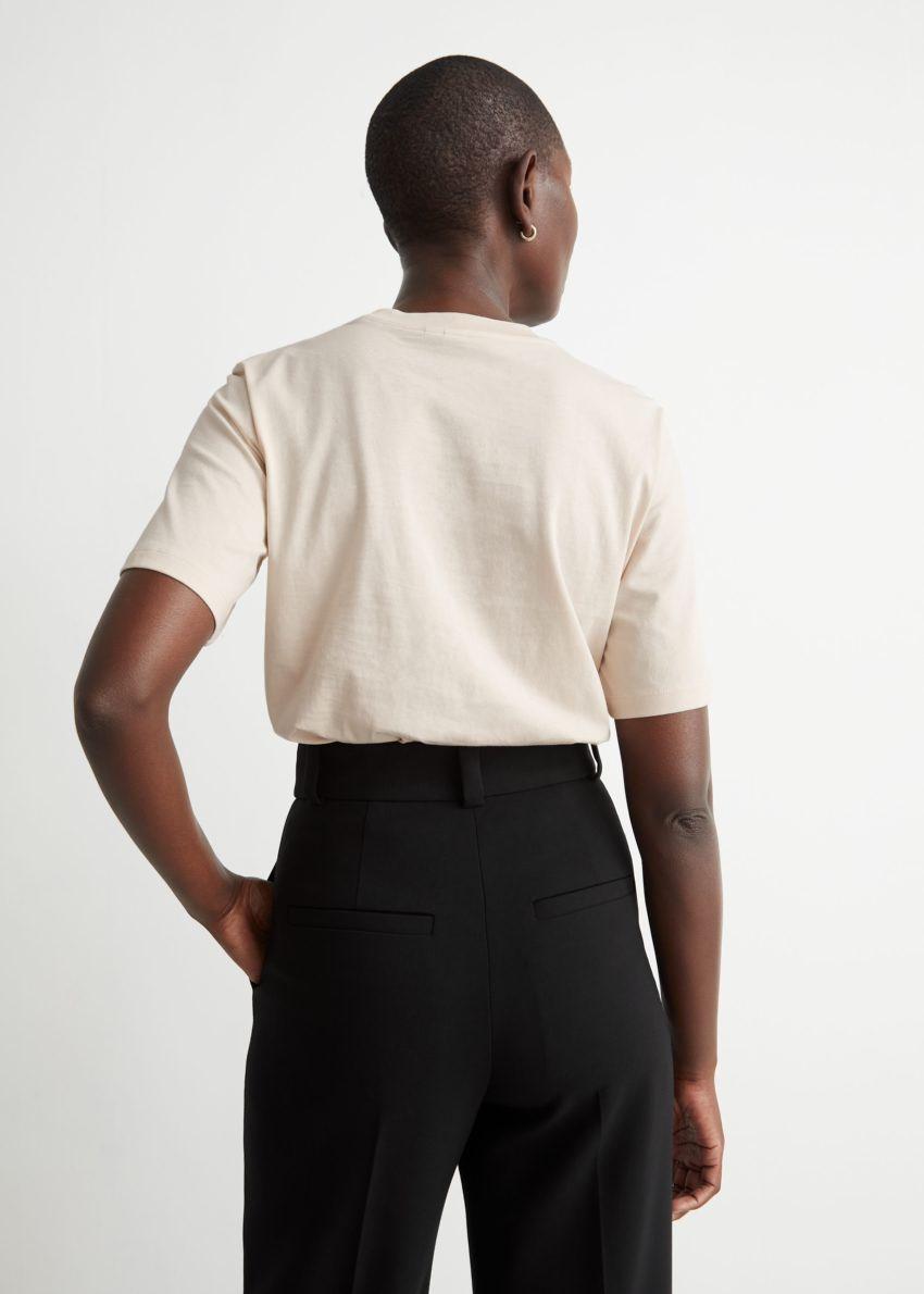 앤아더스토리즈 박시 오가닉 코튼 티셔츠의 라이트 베이지컬러 ECOMLook입니다.