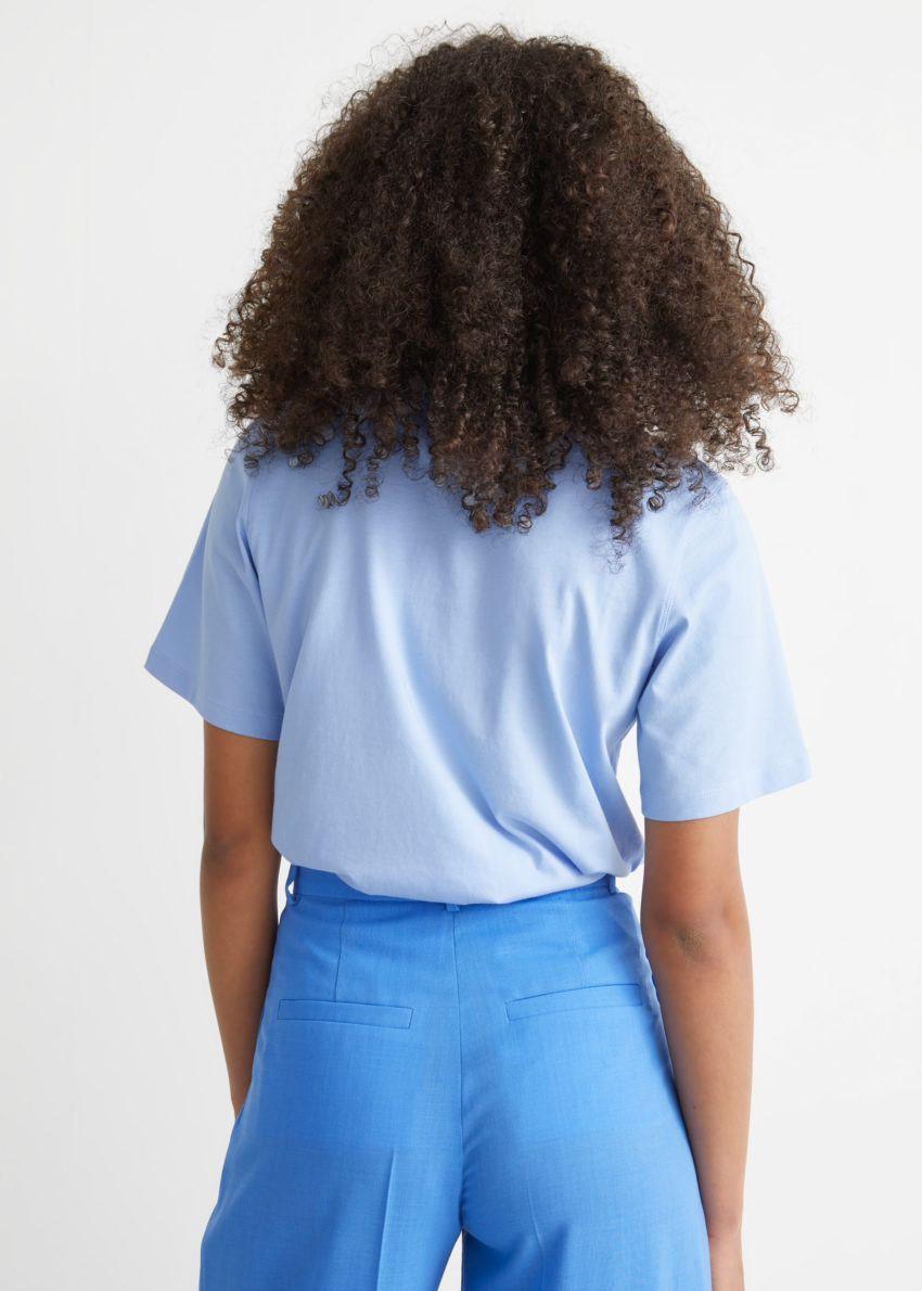 앤아더스토리즈 박시 오가닉 코튼 티셔츠의 라이트 블루컬러 ECOMLook입니다.