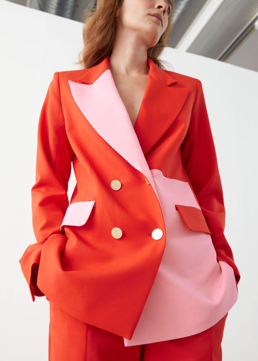 앤아더스토리즈 스트레이트 더블 브레스티드 컬러 블록 블레이저의 오렌지 핑크컬러 ECOMLook입니다.