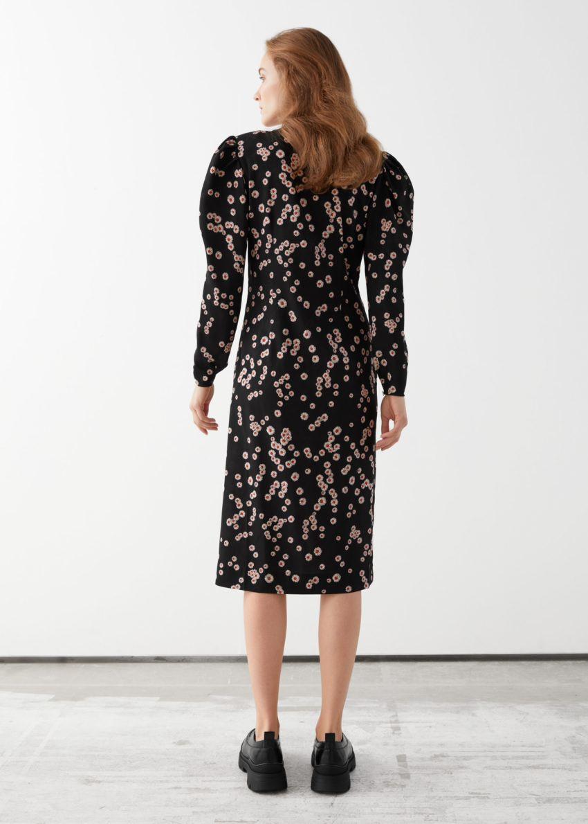 앤아더스토리즈 피티드 플리츠 멀베리 실크 미디 드레스의 블랙 핑크컬러 ECOMLook입니다.