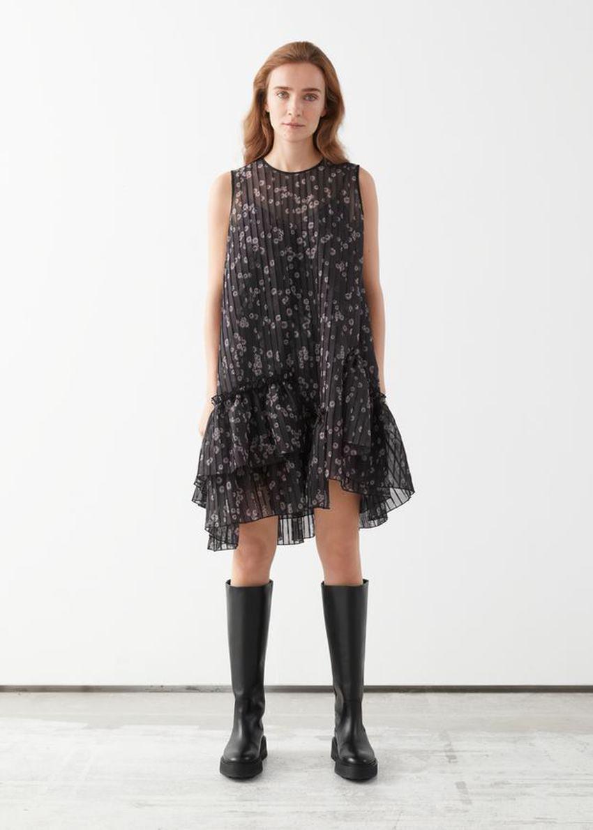 앤아더스토리즈 볼류미너스 에이시메트리컬 러플 미니 드레스의 블랙 프린트컬러 ECOMLook입니다.