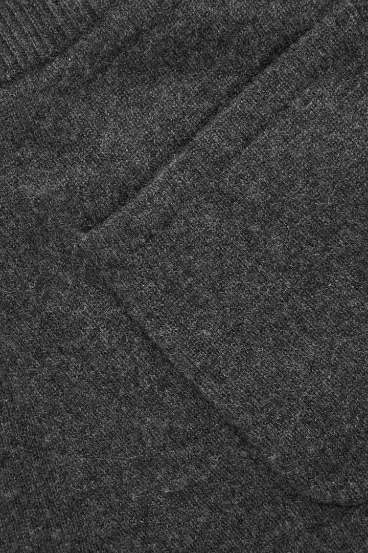COS 릴랙스드 캐시미어 트라우저의 다크 그레이 멜란지컬러 상품컷입니다.