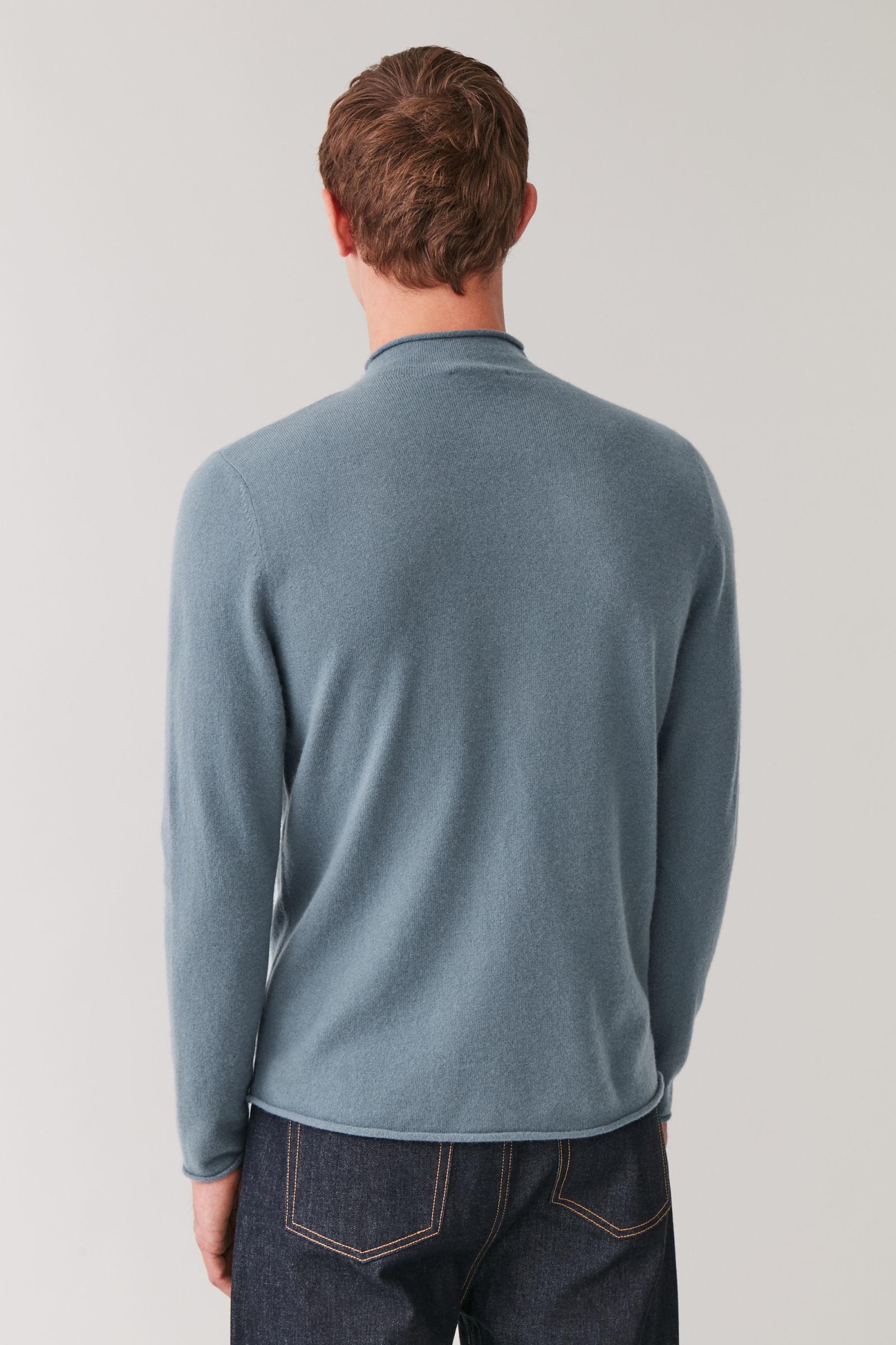 COS 캐시미어 모크넥 스웨터의 라이트 슬레이트 블루컬러 ECOMLook입니다.