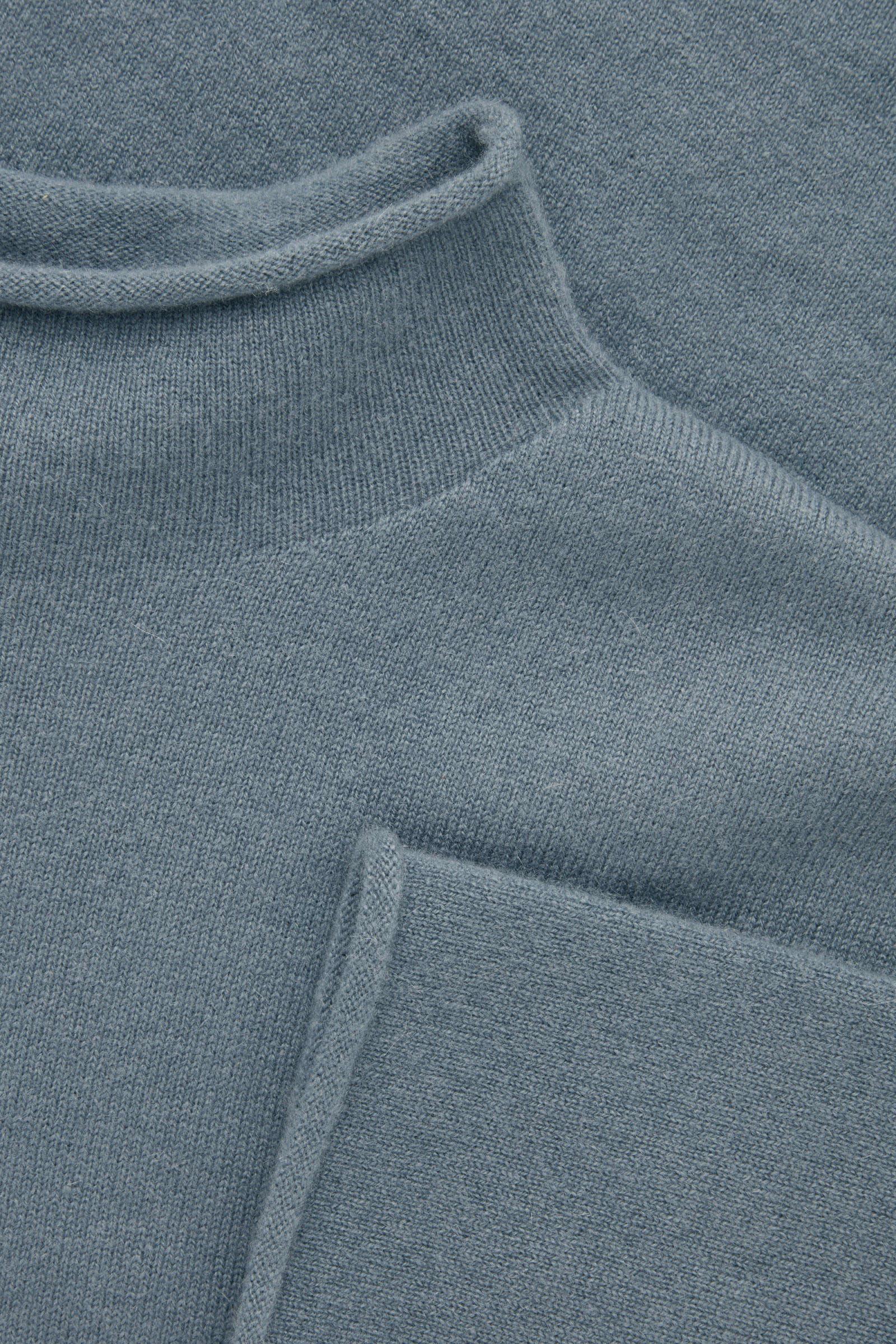 COS 캐시미어 모크넥 스웨터의 라이트 슬레이트 블루컬러 Detail입니다.