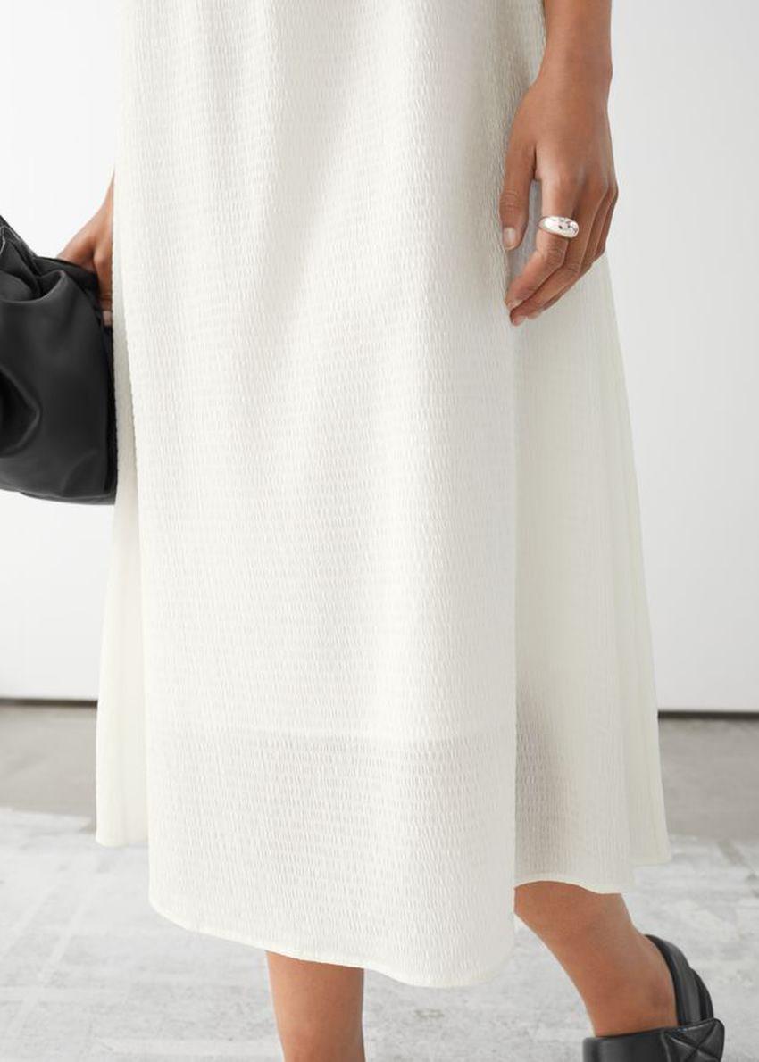 앤아더스토리즈 스파게티 스트랩 크레이프 미디 드레스의 화이트컬러 ECOMLook입니다.