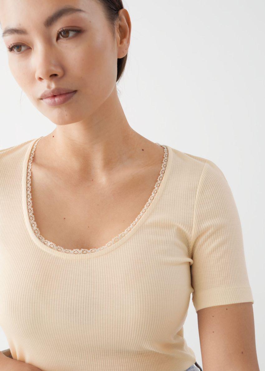 앤아더스토리즈 시어 스캘럽 리오셀 티셔츠의 베이지컬러 ECOMLook입니다.